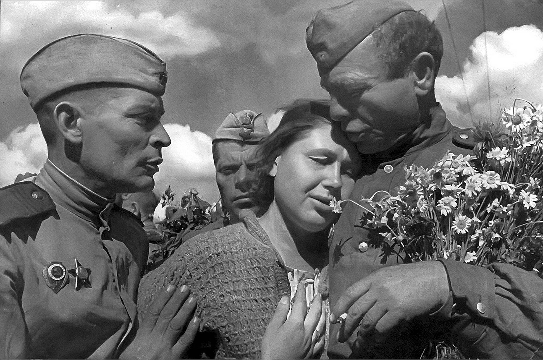 Сегодня российское законодательство формально запрещает даже показ фильмов о Великой Отечественной войне.
