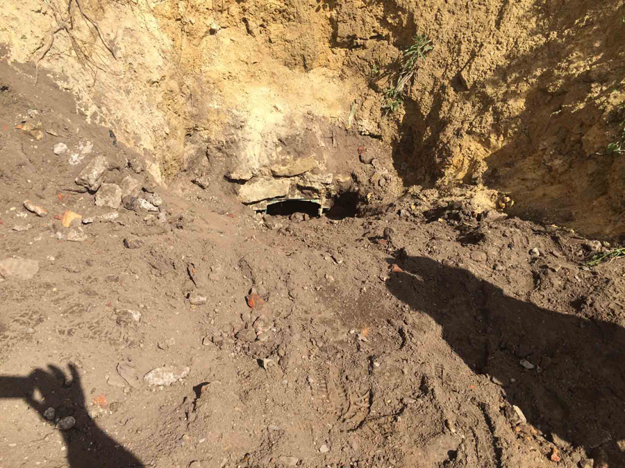ВОрле 3-х молодых людей завалило песком наберегу реки